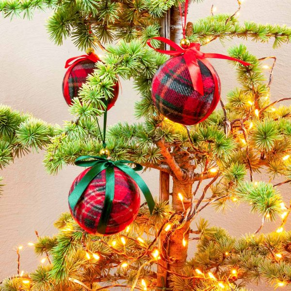 Christbaumkugeln mit Tartanmuster